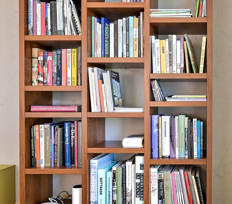 Bücherregal in Nuss